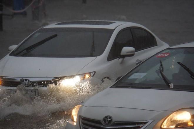 Sài Gòn mưa như trút nước, hàng chục tuyến đường bị ngập vì ảnh hưởng của bão số 9 - Ảnh 4.