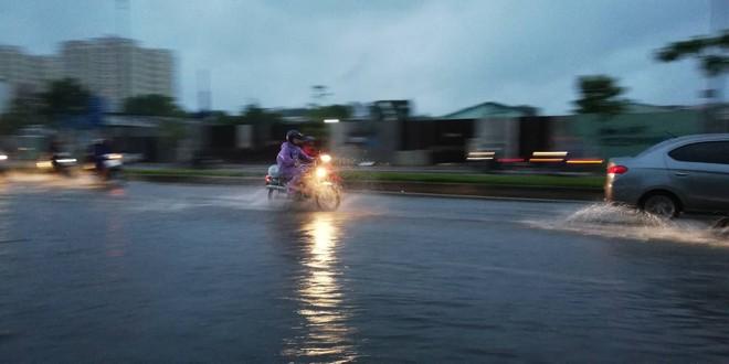 Sài Gòn mưa như trút nước, hàng chục tuyến đường bị ngập vì ảnh hưởng của bão số 9 - Ảnh 8.