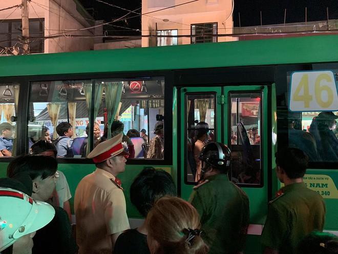 Phụ xe buýt dùng hung khí truy đuổi người sau va chạm ở Sài Gòn, dân bức xúc vây xe - Ảnh 1.