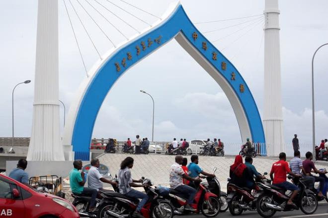 Chìm trong bể nợ, Maldives tố Trung Quốc thổi phồng giá dự án, hô hào India First - Ảnh 1.