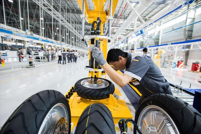 Ảnh cận cảnh quy trình lắp ráp một chiếc xe máy điện của VinFast - Ảnh 2.