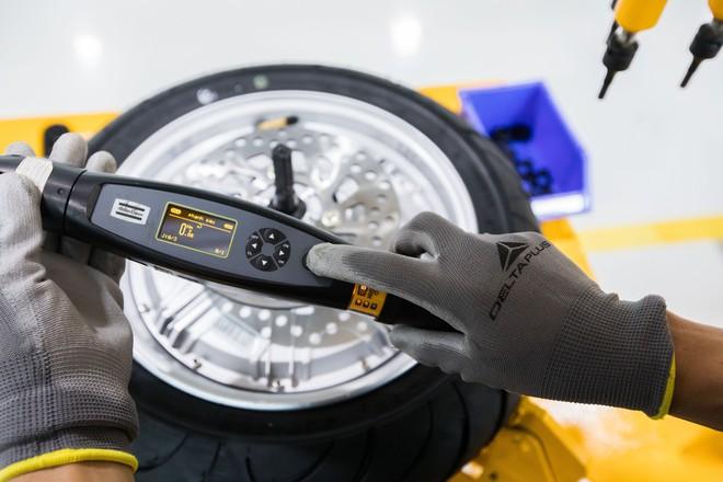 Ảnh cận cảnh quy trình lắp ráp một chiếc xe máy điện của VinFast - Ảnh 3.