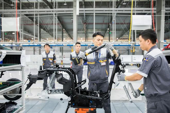 Ảnh cận cảnh quy trình lắp ráp một chiếc xe máy điện của VinFast - Ảnh 6.