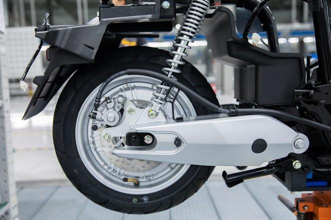 Ảnh cận cảnh quy trình lắp ráp một chiếc xe máy điện của VinFast - Ảnh 9.