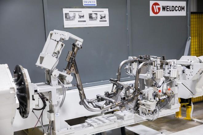 [Ảnh] Cận cảnh xưởng hàn xe máy điện của VinFast - Ảnh 10.
