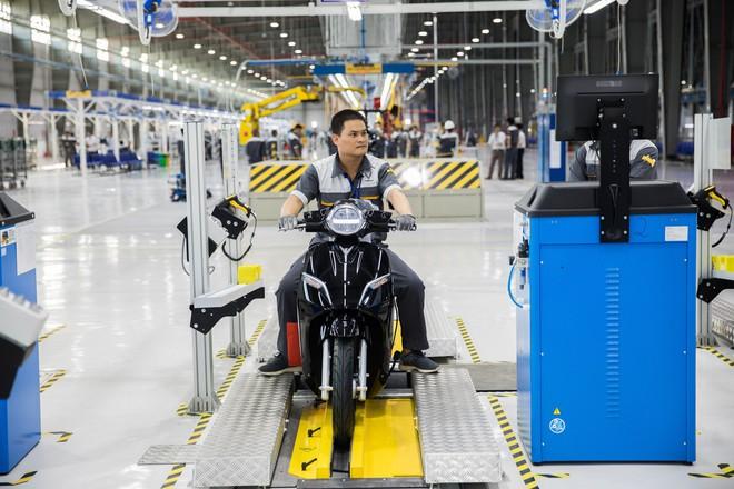 Ảnh cận cảnh quy trình lắp ráp một chiếc xe máy điện của VinFast - Ảnh 20.