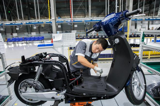 Ảnh cận cảnh quy trình lắp ráp một chiếc xe máy điện của VinFast - Ảnh 12.