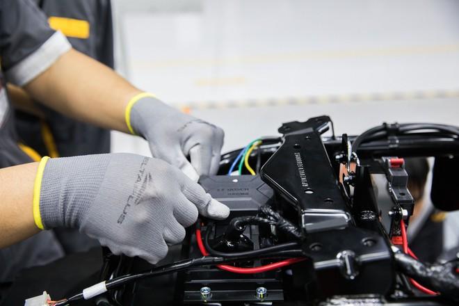 Ảnh cận cảnh quy trình lắp ráp một chiếc xe máy điện của VinFast - Ảnh 11.