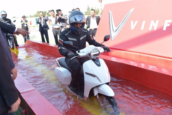 Xe máy điện VinFast sống sót ra sao trong thử nghiệm ngâm nước? - Ảnh 5.