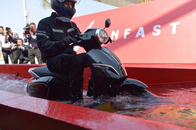Xe máy điện VinFast sống sót ra sao trong thử nghiệm ngâm nước? - Ảnh 6.