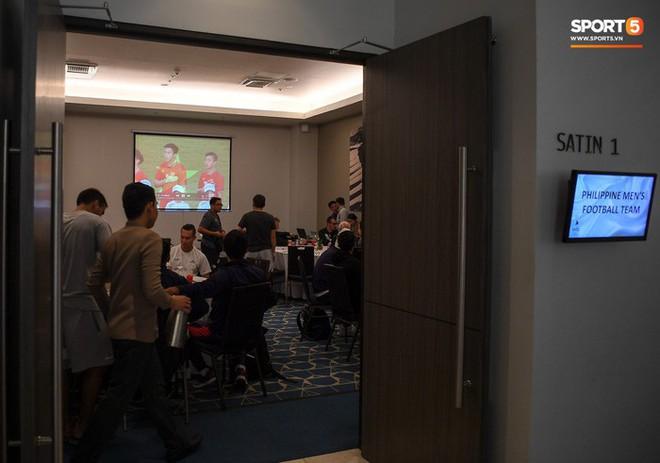 HLV trưởng ép tuyển Philippines vừa ăn trưa vừa xem băng hình phân tích tuyển Việt Nam - Ảnh 1.
