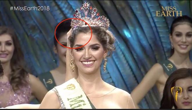 Khác với Phương Khánh, Hoa hậu Mexico gặp sự cố hài hước ngay khi được trao vương miện - Ảnh 3.