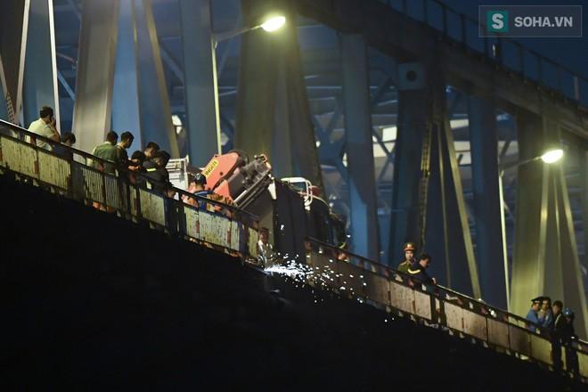 Toàn cảnh vụ trục vớt 2 nạn nhân trong xe sang Mercedes lao xuống sông Hồng - Ảnh 2.