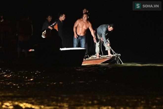 Toàn cảnh vụ trục vớt 2 nạn nhân trong xe sang Mercedes lao xuống sông Hồng - Ảnh 5.