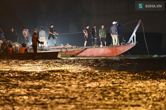 Toàn cảnh vụ trục vớt 2 nạn nhân trong xe sang Mercedes lao xuống sông Hồng - Ảnh 6.