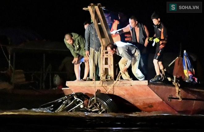 Toàn cảnh vụ trục vớt 2 nạn nhân trong xe sang Mercedes lao xuống sông Hồng - Ảnh 7.