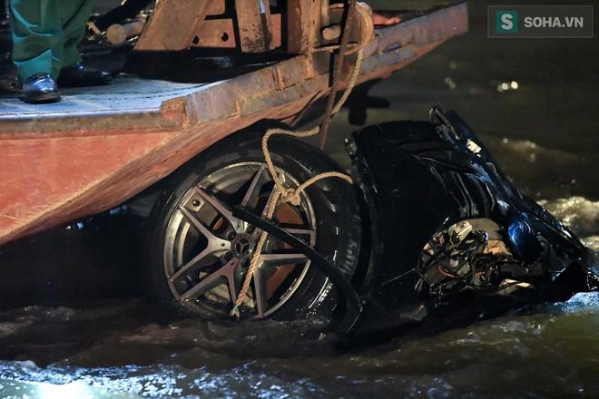 Toàn cảnh vụ trục vớt 2 nạn nhân trong xe sang Mercedes lao xuống sông Hồng - Ảnh 8.