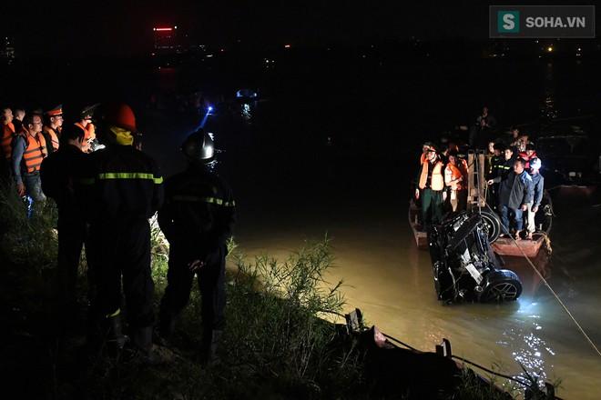 Toàn cảnh vụ trục vớt 2 nạn nhân trong xe sang Mercedes lao xuống sông Hồng - Ảnh 9.