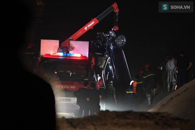 Toàn cảnh vụ trục vớt 2 nạn nhân trong xe sang Mercedes lao xuống sông Hồng - Ảnh 10.