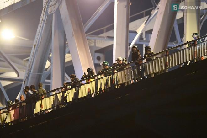 Toàn cảnh vụ trục vớt 2 nạn nhân trong xe sang Mercedes lao xuống sông Hồng - Ảnh 3.