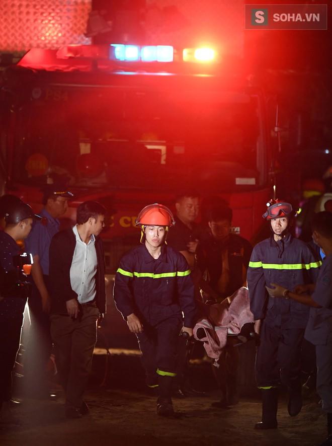 Toàn cảnh vụ trục vớt 2 nạn nhân trong xe sang Mercedes lao xuống sông Hồng - Ảnh 11.