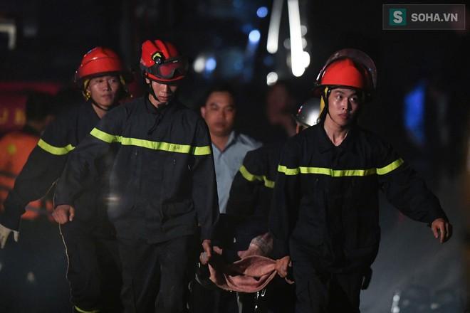 Toàn cảnh vụ trục vớt 2 nạn nhân trong xe sang Mercedes lao xuống sông Hồng - Ảnh 12.