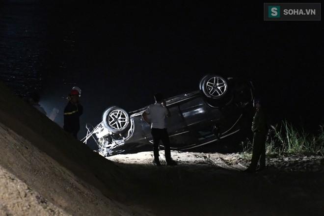 Toàn cảnh vụ trục vớt 2 nạn nhân trong xe sang Mercedes lao xuống sông Hồng - Ảnh 13.