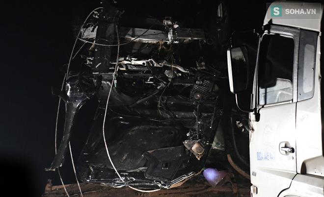Toàn cảnh vụ trục vớt 2 nạn nhân trong xe sang Mercedes lao xuống sông Hồng - Ảnh 14.