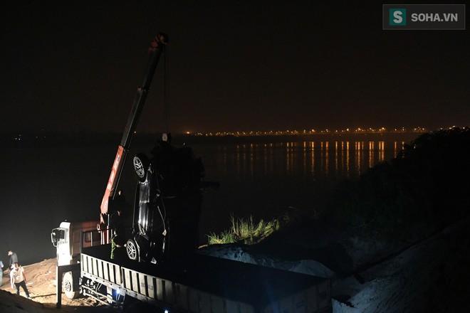 Toàn cảnh vụ trục vớt 2 nạn nhân trong xe sang Mercedes lao xuống sông Hồng - Ảnh 15.