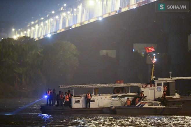 Toàn cảnh vụ trục vớt 2 nạn nhân trong xe sang Mercedes lao xuống sông Hồng - Ảnh 1.