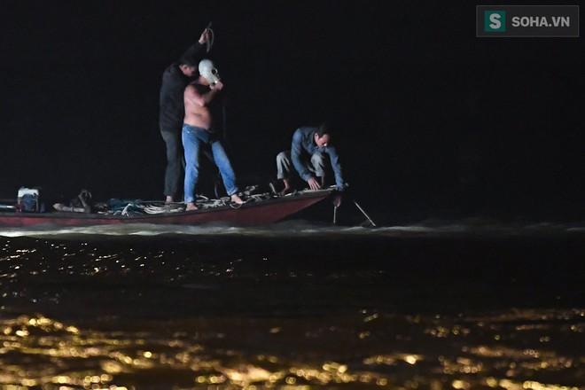 Toàn cảnh vụ trục vớt 2 nạn nhân trong xe sang Mercedes lao xuống sông Hồng - Ảnh 4.
