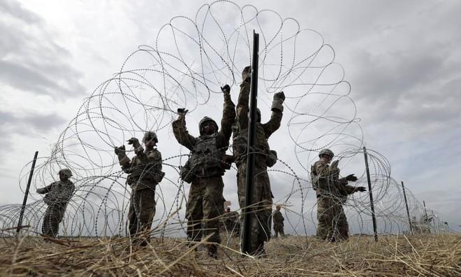 24h qua ảnh: Đề phòng đoàn xe di cư xâm lược, Mỹ vội lắp hàng rào kẽm gai ở biên giới - Ảnh 7.