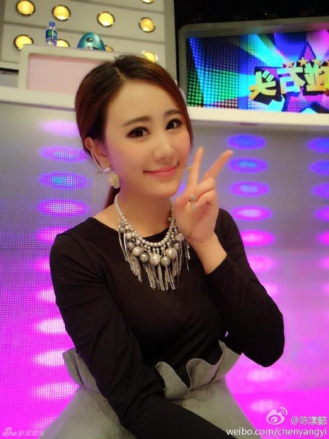 Phú nhị đại số 1 Trung Quốc: Chỉ thích mỹ nữ ngực khủng, bỏ trăm tỷ làm phim lăng xê bạn gái - Ảnh 8.