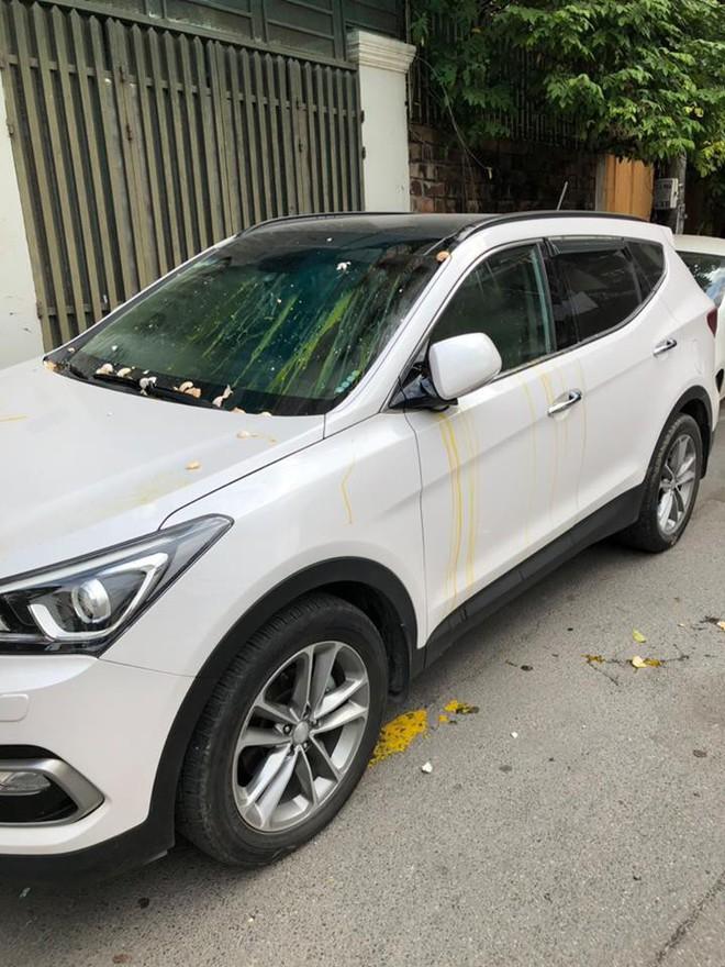 Đỗ thiếu ý thức, xe ô tô trắng bị ném trứng sống trên phố Hà Nội? - Ảnh 1.