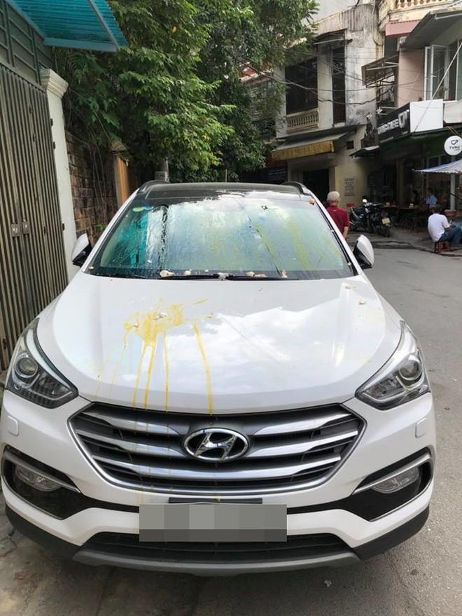 Đỗ thiếu ý thức, xe ô tô trắng bị ném trứng sống trên phố Hà Nội? - Ảnh 2.