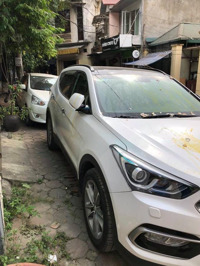 Đỗ thiếu ý thức, xe ô tô trắng bị ném trứng sống trên phố Hà Nội? - Ảnh 3.
