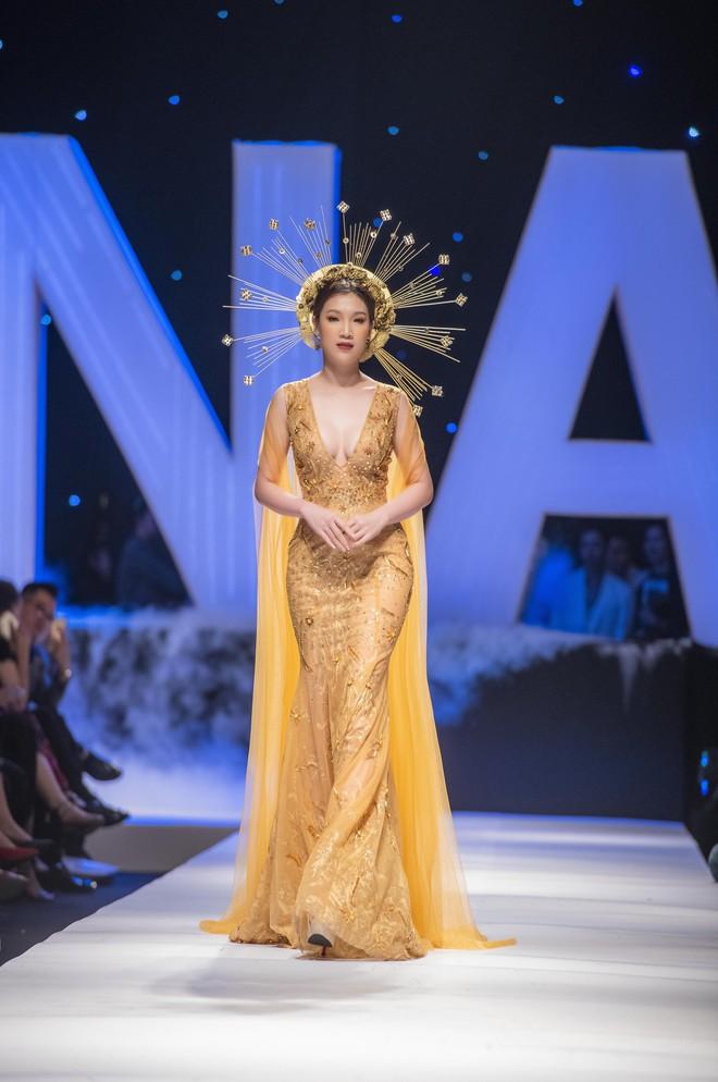 Hoa hậu Thùy Linh lần đầu gợi cảm hết cỡ trên sàn catwalk - Ảnh 1.