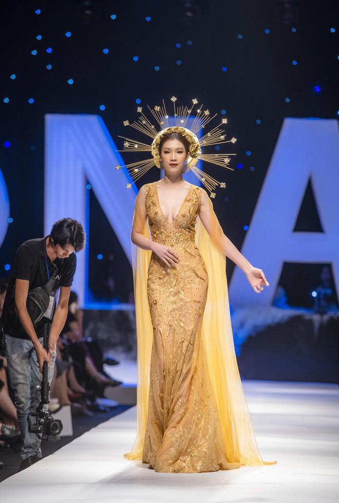 Hoa hậu Thùy Linh lần đầu gợi cảm hết cỡ trên sàn catwalk - Ảnh 2.