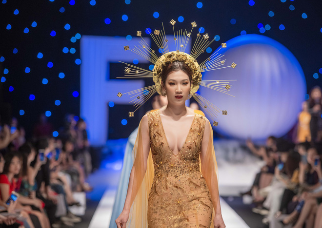 Hoa hậu Thùy Linh lần đầu gợi cảm hết cỡ trên sàn catwalk - Ảnh 4.
