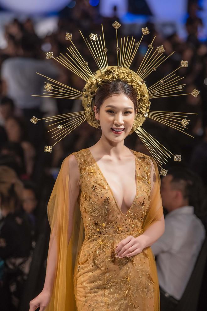 Hoa hậu Thùy Linh lần đầu gợi cảm hết cỡ trên sàn catwalk - Ảnh 5.