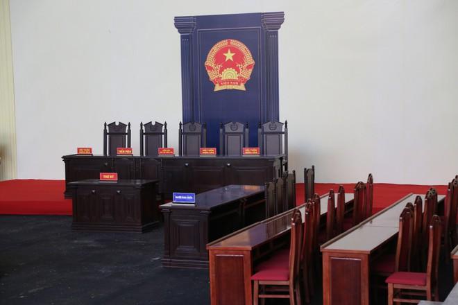 Ảnh: Bên trong phòng xét xử cựu Trung tướng Phan Văn Vĩnh rộng 1.000m2 - Ảnh 1.