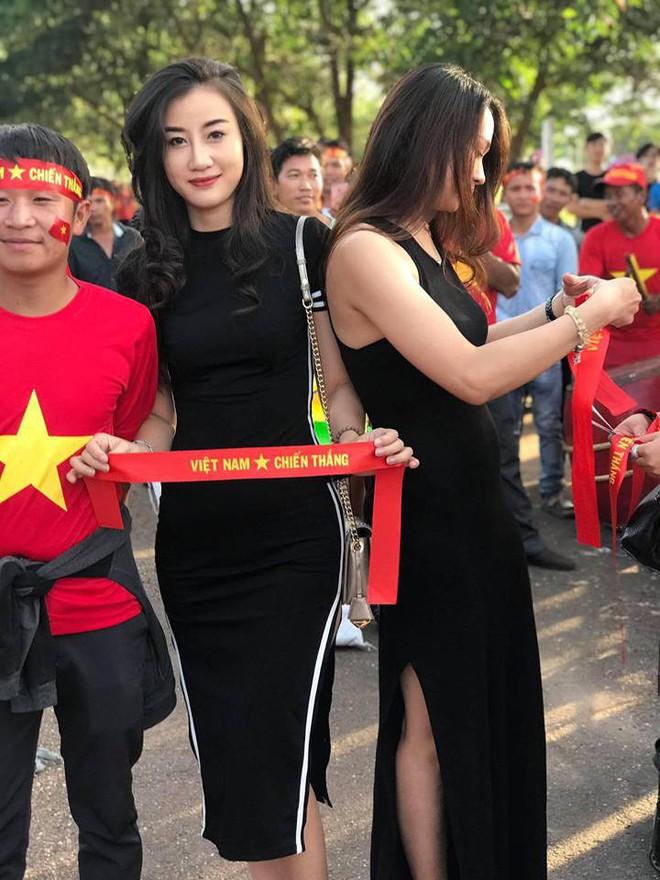 Xuất hiện bên ngoài sân xem ĐT Việt Nam, nữ CĐV được săn lùng vì vóc dáng quá đẹp - Ảnh 1.