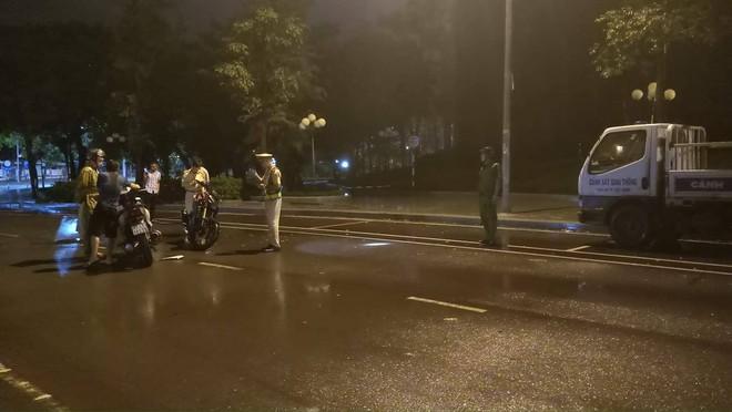 Vụ CSGT ngã khi làm việc với dân, CATP Quy Nhơn: Không phải tự ngã, do bị húc cùi chỏ - ảnh 1