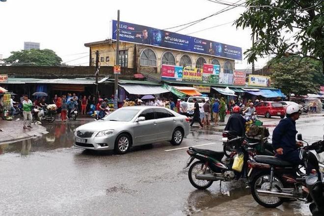 Sau va chạm, nam thanh niên đi xe máy vác dao chặt tay tài xế ô tô con trước chợ - Ảnh 1.