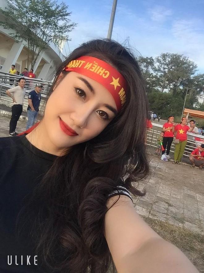 Xuất hiện bên ngoài sân xem ĐT Việt Nam, nữ CĐV được săn lùng vì vóc dáng quá đẹp - Ảnh 4.