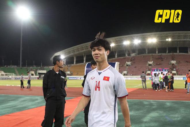Việc đầu tiên Công Phượng thực hiện sau khi kết thúc trận đấu giữa ĐT Việt Nam và ĐT Lào - ảnh 1