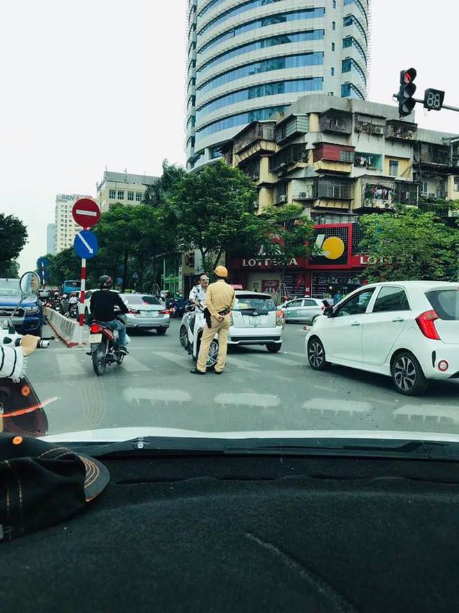 Người đàn ông đầu trần lái xe SH đi ngược chiều, thách thức CSGT ở trung tâm Hà Nội - Ảnh 1.