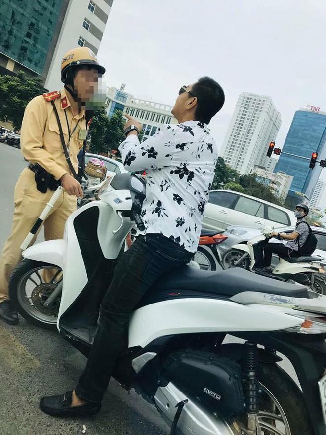 Người đàn ông đầu trần lái xe SH đi ngược chiều, thách thức CSGT ở trung tâm Hà Nội - Ảnh 2.