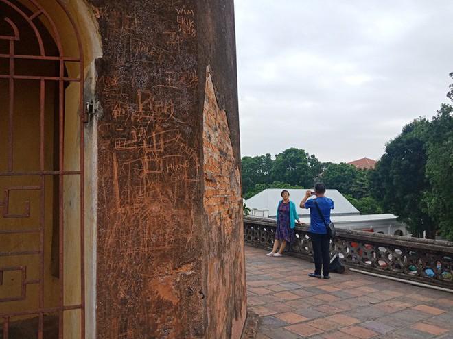 Những hình ảnh vẽ, khắc phản cảm, nhằng nhịt ở các di tích lịch sử Hà Nội - Ảnh 4.