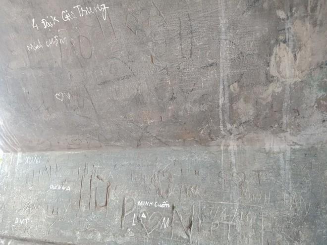 Những hình ảnh vẽ, khắc phản cảm, nhằng nhịt ở các di tích lịch sử Hà Nội - Ảnh 7.